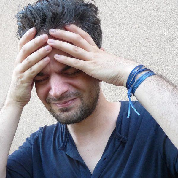 Болит голова у человека