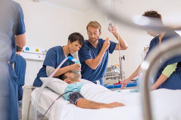 Медперсонал помогает раковому больному