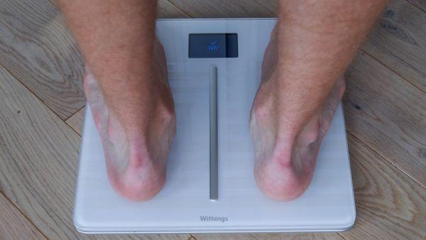 Человек взвешивается на весах