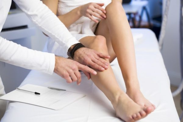 Болит нога у человека