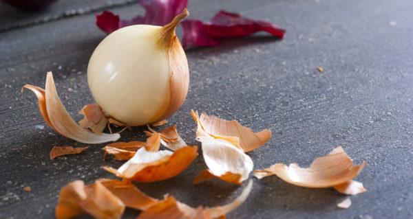 Луковица с луковой шелухой