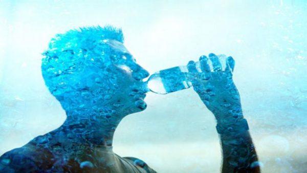 Мужчина пьёт воду
