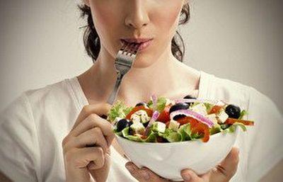 Женщина ест растительную пищу
