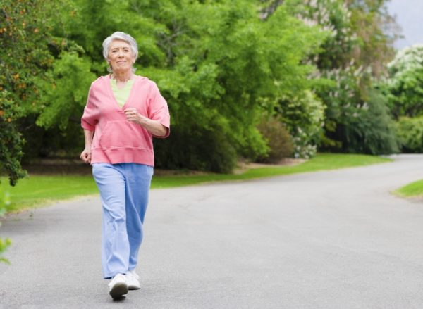 Женщина прогуливается