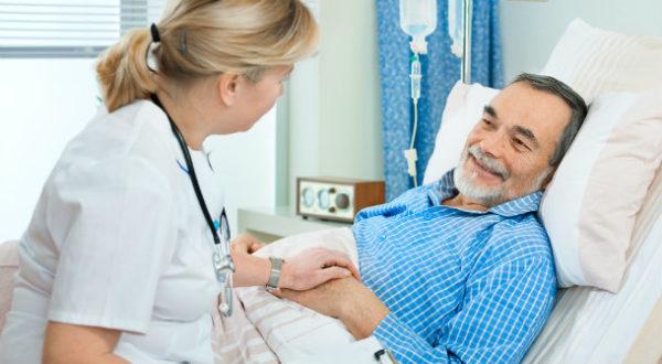 Врач успокаивает пациента