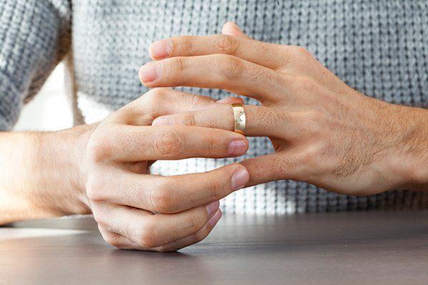 Человек снимает кольцо