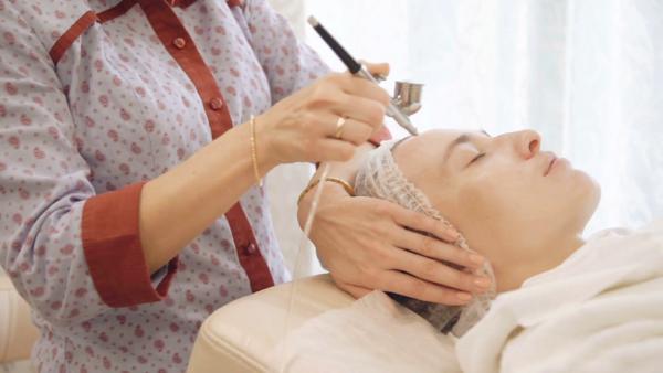 Процедура салонного пилинга кожи