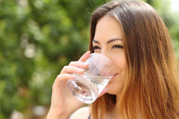 Женщина пьёт воду
