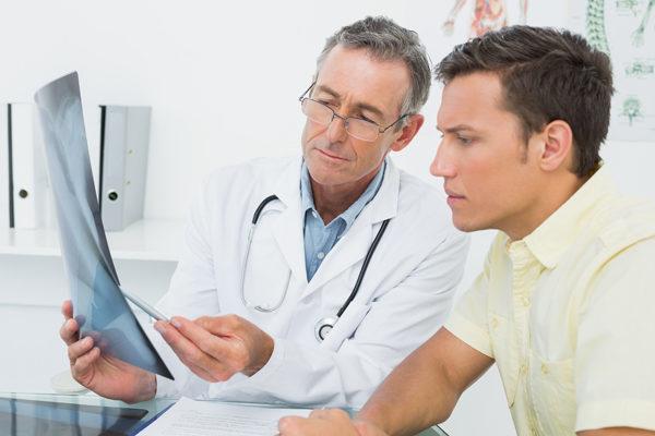 Врач и пациент изучают картину болезни