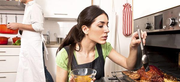 Женщина готовит еду в духовке