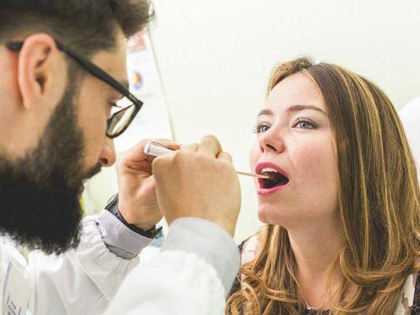 Проверка миндалин у женщины